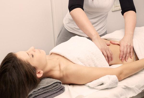 mujer recibiendo masaje